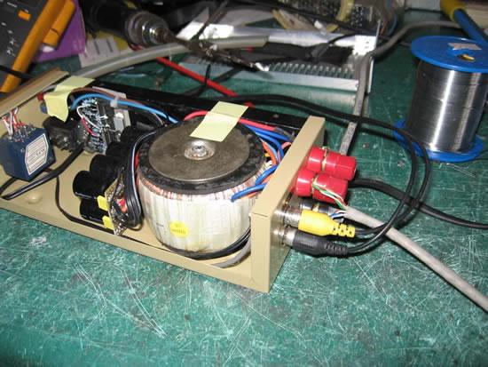 闲来无事,看了坛子上有不少烧友对小功放挺忠爱的,今天我也做一个来玩玩!和大家分享一下! 功放电路是棚搭的! 都是用了些普通物料!(唯一的一个好东西ALPS电位,不过好像是假货!是花柄的!)  八只红宝石电容  半成品!    成品!  可气的是精心制作的喇叭保护器,上面的ICUPC1237竟然坏的!气晕了没办法只好暂时不要保护器了!